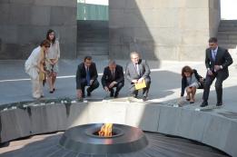 Visite du musée et dépôt de fleurs à la Flamme du souvenir, mémorial du Génocide de 1915 à Erevan en Arménie